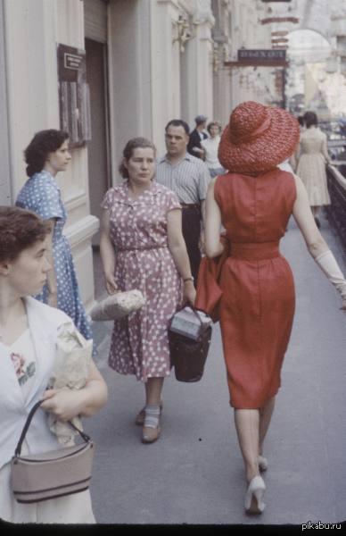 Lady In Red Француженка гуляет по советской Москве. Оглядываются даже простые трудящиеся женщины.  франция, ссср, lady in red, christian dior